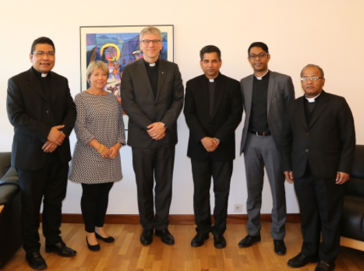 Dari kiri ke kanan: Pastor Markus Solo SVD (anggota delegasi dari Dewan Kepausan untuk Dialog Antar Umat Beragama, Vatikan, PICD), Marietta Ruhland (Anggota delegasi Dewan Gereja-Gereja se-Dunia WCC), Dr Olaf Fykse Tveit (Sekretaris Jenderal WCC), Mgr Indunil Janakaratne Kodithuwakku Kankanamalage (anggota delegasi PICD), Dr Peniel Rajkumar (anggota delegasi WCC), Mgr Santiago Michael (anggota delegasi PICD)