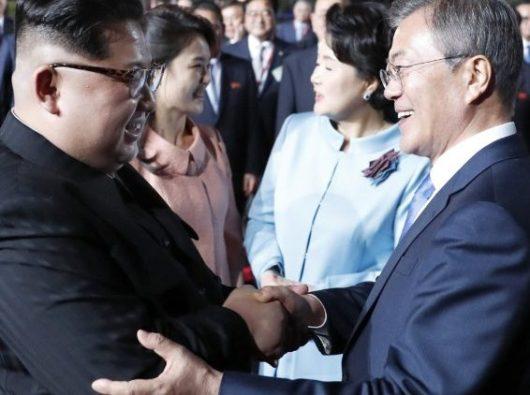 Presiden Korea Selatan Moon Jae-in mengucapkan selamat jalan kapada Pemimpin Korea Utara  Kim Jong-un di akhir pertemuan mereka 27 April  (ANSA)