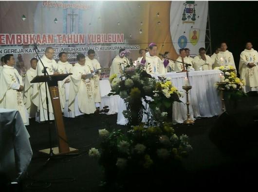 Misa Yubileum Keuskupan Manado dipimpin Mgr Rolly Untu dengan konselebran Mgr Suwatan dan 18 imam