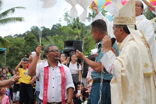 Ismanto (kiri) berbincang dengan Mgr Agustinus Agus sebelum melepaskan balon dalam peresmian Patung Maria Ratu Pencinta Damai Anjongan/PEN@, pcp