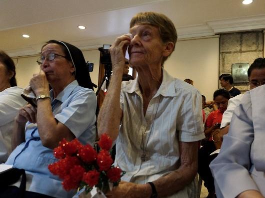 Suster Patricia Fox mengusap air matanya ketika para pendukungnya memberi bunga kepadanya saat dalam sebuah acara penghormatan yang dilaksanakan para pendukungnya di Manila, 30 April 2018. ROY LAGARDE