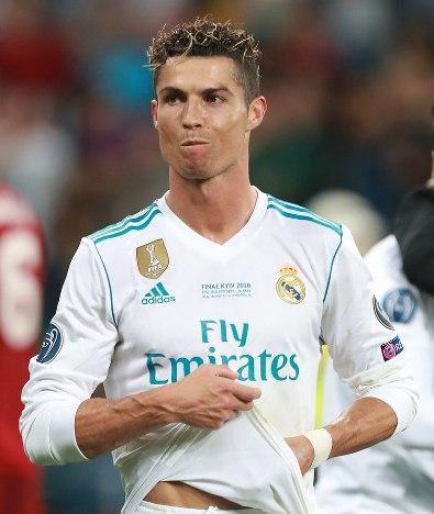 "Cristiano Ronaldo, Portugal Pemenang beberapa ""Ballon d'Or"" itu sdelalau berdoa sebelum bertanding, mengumpulkan Rosario yang dikirim oleh para penggemar, tidak bertato dan sering menjadi pendonor darah. Wikipedia CC oleh SA 3.0 3/13"