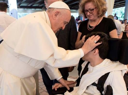 Paus dengan seorang cacat di Casa OSA/Foto berdasarkan Vatican News
