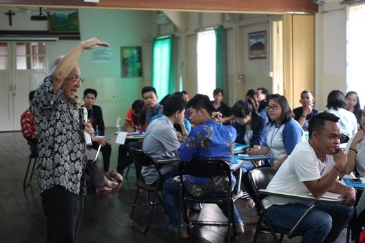 Errol Jonathans membimbing peserta dalam diskusi kelompok, PEN@ Katolik, pcp