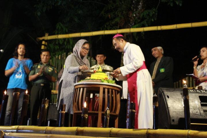 Mgr Robertus Rubiyatmoko dan Alissa Wahid memotong tumpeng/PEN@ Katolik/LAT