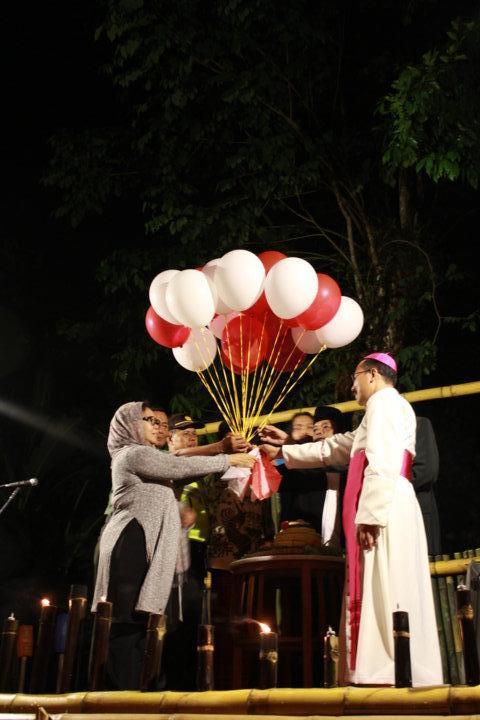 Mgr Rubi, Alissa Wahid,  bersama tokoh-tokoh masyarakat melepas balon/PEN@ Katolik/LAT