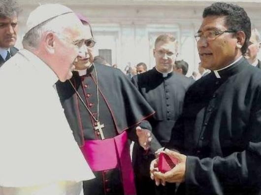 Pastor Markus Solo SVD bersama Paus Fransiskus. Ist