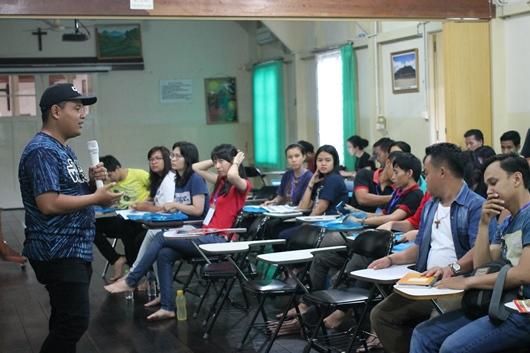 Rogasianus Soni P membantu peserta untuk membuat foto dengan perencanaan yang baik dan angle yang tepat/PEN@ Katolik/pcp