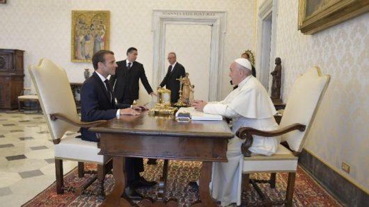 Paus Fransiskus berbincang dengan Presiden Perancis/Vatican News