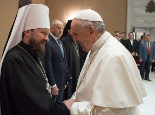 Paus Fransiskus menyalami seorang delegasi dari Patriarkat Moscow/Vatican News