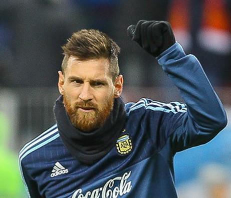 Lionel Messi, Argentina Pemain depan, dengan tato besar Yesus di otot lengan bagian atas, mengatakan bahwa dia akan melakukan ziarah sejauh 30 mil ke San Nicolas, di negara asalnya Argentina, untuk merayakan kemenangan Piala Dunia. (Wikipedia CC oleh SA 3.0,1/13)