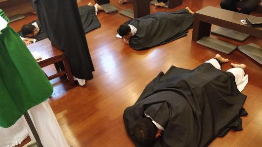 Tiga frater OP bertiarap  di lantai kapel/Ist