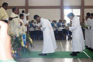 13 Frater SVD Nenuk Terima Lilin dan Buku dari Pater Provinsilat SVD dalam misa kaul I, Jumat, 15- 8- 2014