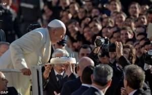 Paus meniup lilin ulang tahun