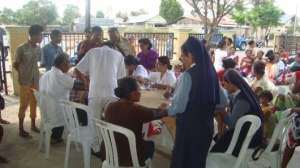 Pengobatan Massal Bagi Masyarakat Miskin Dalam Rangka 125 Tahun SSpS Sejagat Di Halaman Depan Rumahnya Bapak Vinsensius Loe, Kuneru, Atambua, Rabu (6)