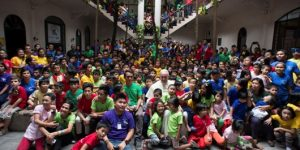 Paus Bersama Anak-Anak dari Yayasan Anakl-Tnk