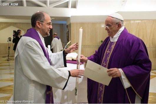 Paus memberim lilin dan surat untuk Ordo Karmelit Tak Berkasut