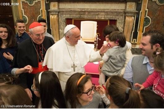 Paus menyalami para anggota asosiasi Seguimi