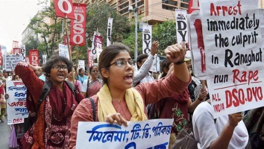 Protes para siswa menentang pemerkosaan terhadap biarawati