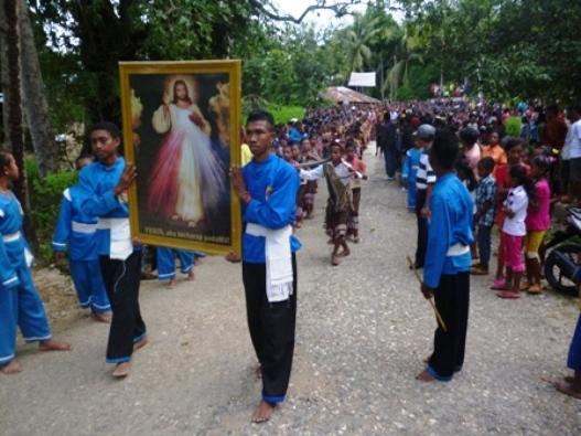Kelompok THS-THM bersama umat Se-Keuskupan Atambua arak   gambar Kerahiman Ilahi menuju Gereja Santu Aloysius Gonzaga Haekesak,  Sabtu  sore (13)