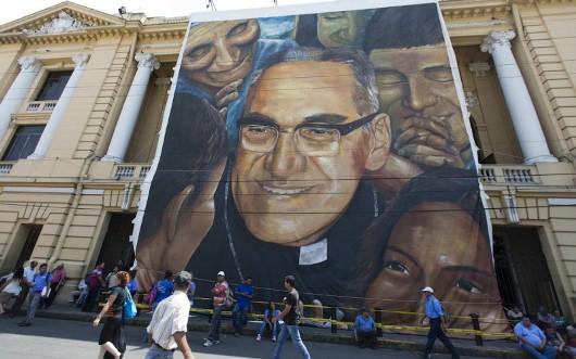 Kanvas besar mengganmbarkan Uskup AQgung Oscar Romeo tergantung di depan teater nasional