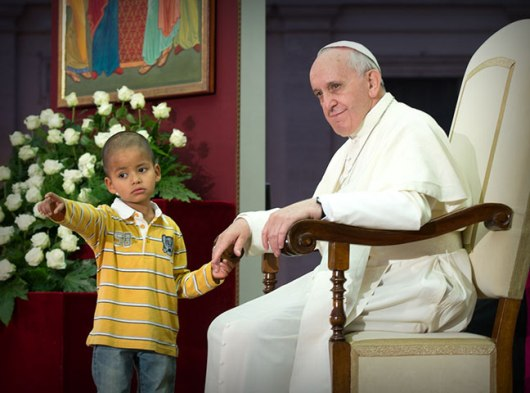 Pope-Francis-and-small-child-pointing
