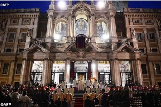Paus memimpin berkat dan penyembahan Sakramen Mahakudus