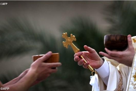 Foto AFP ini memperlihatkan Uskup Agung Warda dari Iraq memimpin Misa di Arbil