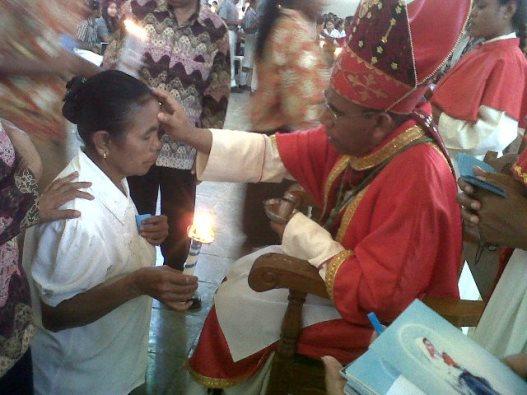 Martina Hoar (69 tahun) peserta penerima Sakramen Krisma,   Rabu (28- 10- 2015)