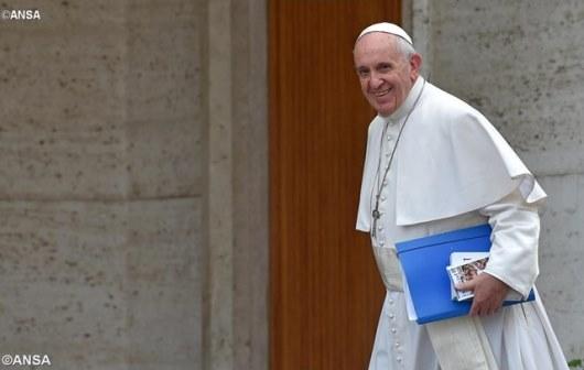 Paus tiba di ruang sinode di Vatikan