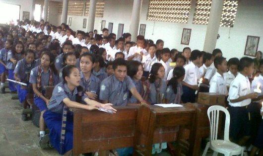 Peserta Penerima Sakramen Krisma tingkat SMP di gereja   Katedral Atambua, Selasa (29)