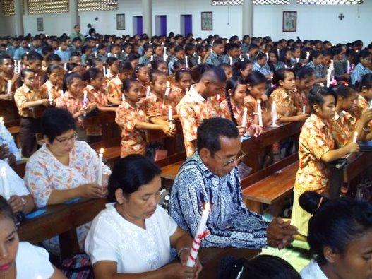 Peserta penerima Sakramen Krisma tingkat SMA- SMK dan   Lingkungan di gereja Katedral Atambua, Rabu (40)