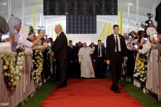 Paus Fransiskus bertemu klerus serta kaum religius dan ara frater di laangan olah raga Sekolah Santa Maria di Nairobi , Kenya, foto AP