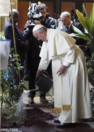 Paus siram tanaman di Pusat PBB di Nairobi, foto Reuters