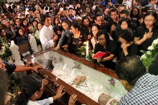 Umat mendoakan Mgr Puja