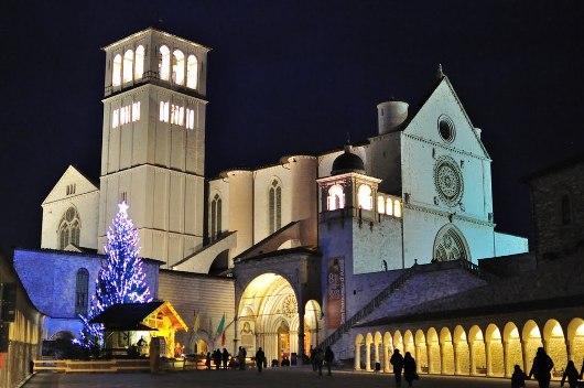 Kandang Natal dan Pohon Natal di Basilika San Frabncesco tahun 2010