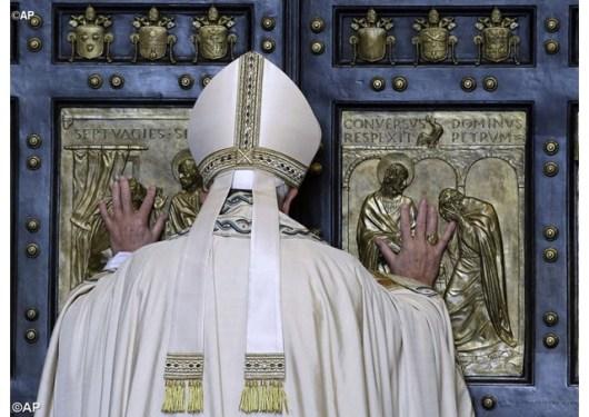 Paus Fransiskus buka Gerbang Basilika Santo Petrus