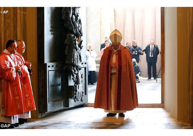 Paus Membuka Pintu Suci Basilika Yohanes Lateran1