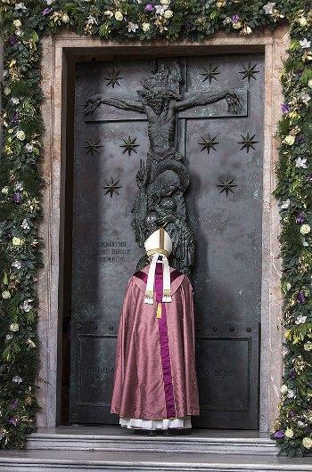 Paus Membuka Pintu Suci Basilika Yohanes Lateran2