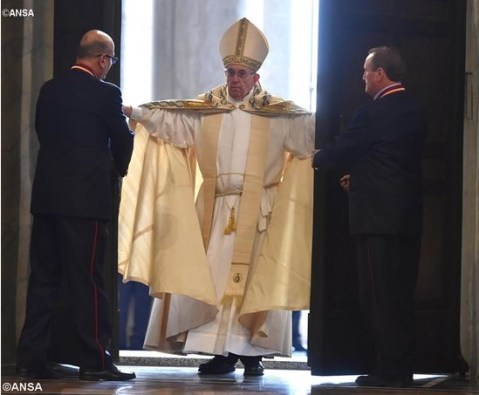Paus buka gerbang Basilika Santo Petrus