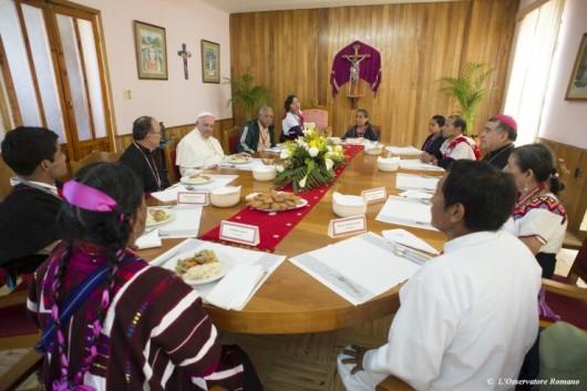 Paus makan siang dingan wakil komunitas pribumi
