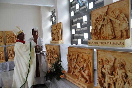 Mgr Paskalis berkat patung Jalan Salib