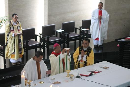 Mgr Paskalis memimpin Misa