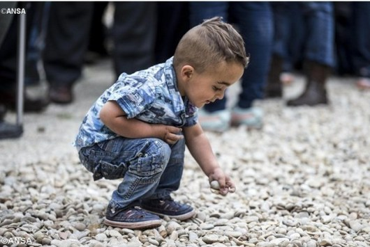 satu anak dari pengungsi Suriah yang dibawa oleh Paus