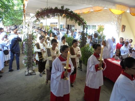 Penari mengiring Ajuda pembawa Salib dan Lilin bersama   rombongan ke-44 Suster Kaul Kekal ditemani Uskup dan para Imam menuju   gedung aula untuk memulai perayaan misa