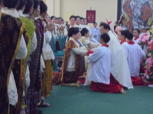 Uskup Herman dan dibantu 2 Imam (1)