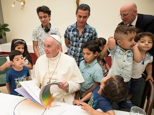 Paus makan bersama pengungsi