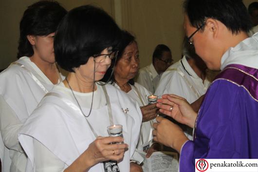 Pastor Andreas Kurniawan OP menerima pembaharuan kaul Dominikan Awam