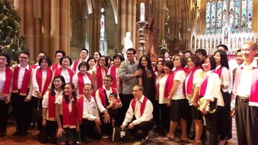 Anggota Paduan Suara CIC Sydney bersama Konsul Jenderal RI Sydney Yayan Mulyana dan isteri selesai Misa Natal Bersama 2016 CIC Sydney di Saint Mary Cathedral Sydney, 26 Desember 2016. (Ans)