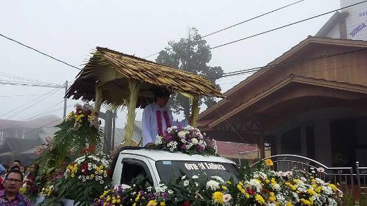 Pastor Cardo Senduk MSC diarak dengan mobil hias untuk Misa Pertama di Paroki Bunda Hati Kudus Yesus Woloan,  Sulawesi Utara 5 Februari 2017.